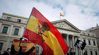 News Bilder des Tages Several anti-euthanasia activists protest outside Congress of Deputies against the euthanasia bill
