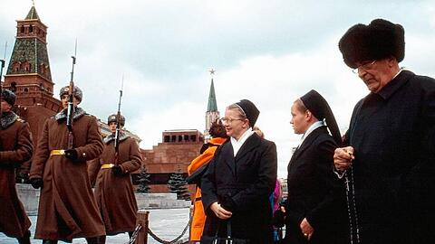 Russia, 13. October 1992Moscow. During the changing of the guarde on the Red Square Father Werenfried is praying the Rosary for the victory of Christ in Russia.