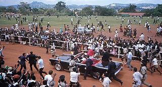 Pope Paul VI is greeting the exulting people in the outskirts of Kampala