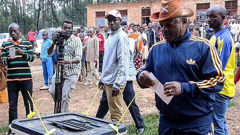 Burundi President Pierre Nkurunziza casts his ballot at a polling centre during the constitutional amendment referendum at School Ecofo de Buye in Mwumba commune in Ngozi province